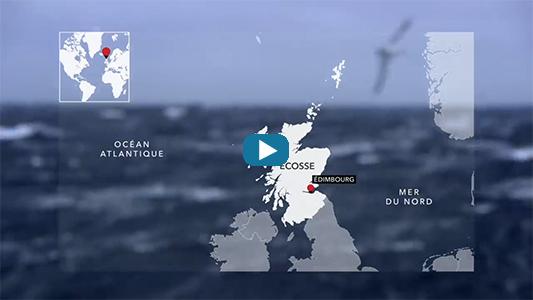 Groose houle en pleine mer avec carte de l'Écosse.