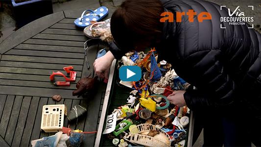Une femme ramasse du plastique, un film Arte et Via Découvertes.