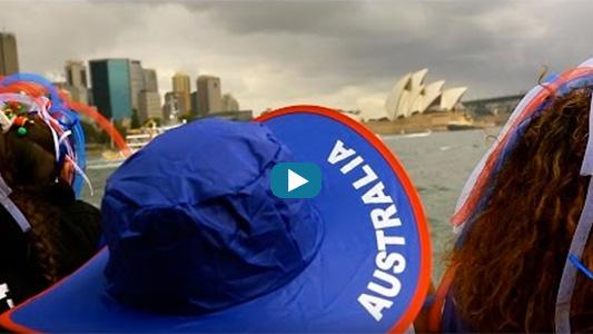 Femme au chapeau Australia avec au fond l'opéra de Sydney.