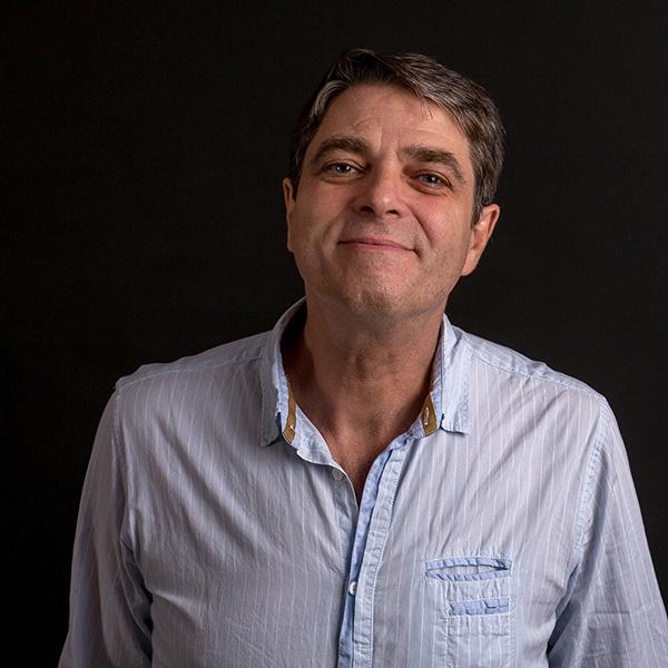 Portrait de Thierry Massé en couleur sur fond noir.