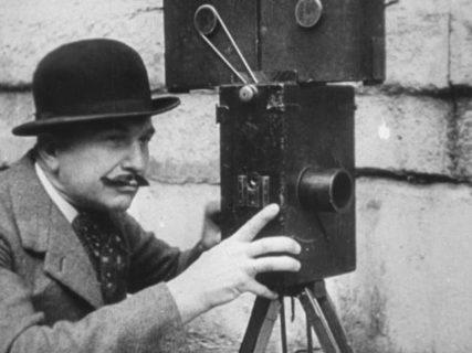 portrait de Charles Pathé devant sa caméra.