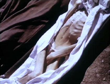image d'un homme mort dans un camp de concentration.
