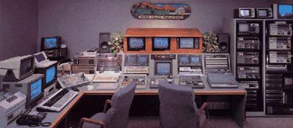 salle de montage linéaire multi-machines en 1990 avec rack de matériel.