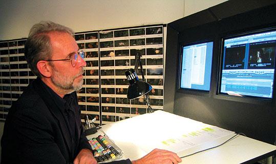Walter Murch à son poste de travail équipé de MédiaComposeur le logiciel de montage Avid.