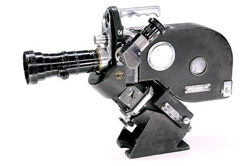 La caméra Eclair-Coutant 16 monté d'un zoom angenieux vue de profil.