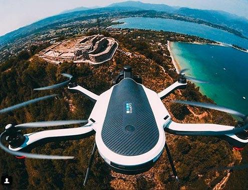image aérienne d'un drone en plein vol vue de haut.