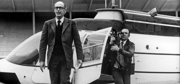 Raymond Depardon filme Valéry Giscard d'Estaing en sortant d'un hélicoptère.